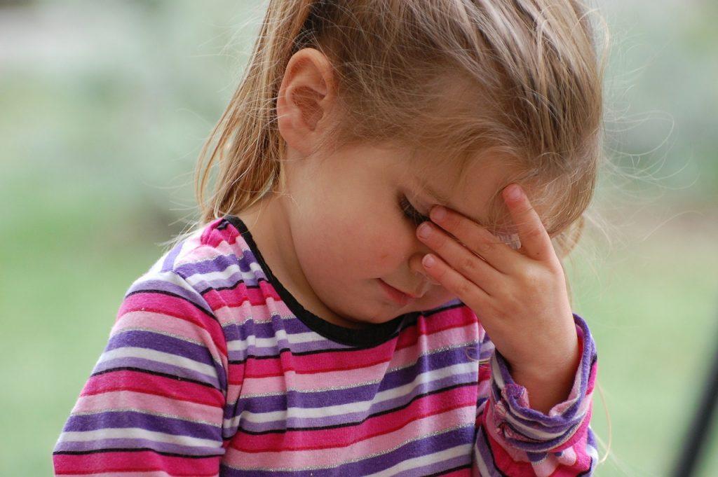 astenopía hipermetropía dolor de cabeza en niños TDAH niño necesita gafas
