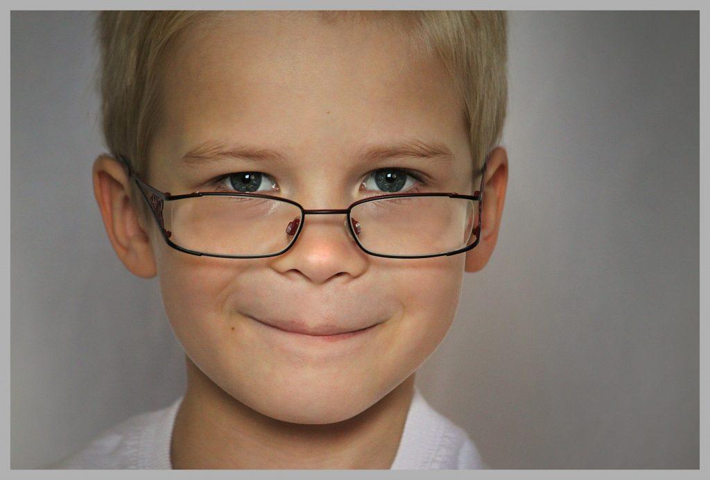 Niño mirando por encima de las gafas. Monturas infantiles, problemas con las roturas, el ajuste, el día a día, etc.