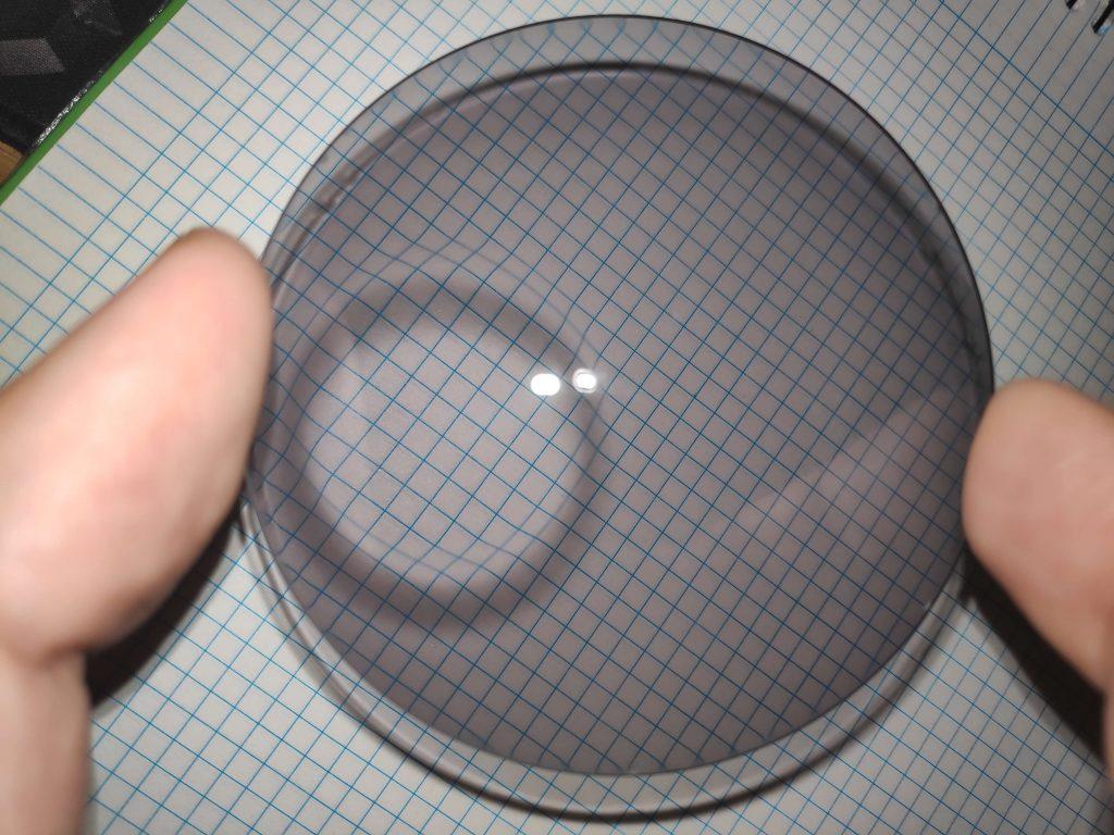 Bifocal invisible tipo Kriptok, tiene una graduación mayor en cerca y deforma la estructura de la rejilla por enfocar en otro plano.