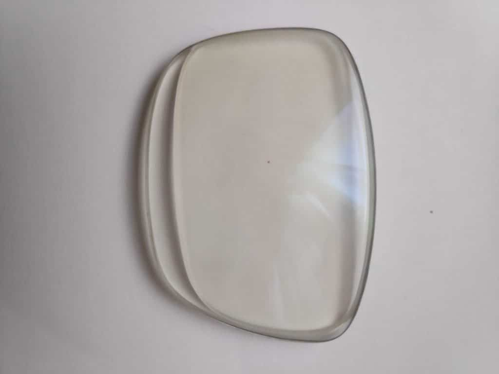 Imagen de cómo se prepara un acople de lentes de una montura a otra, lo que se conoce como un pase de montura.