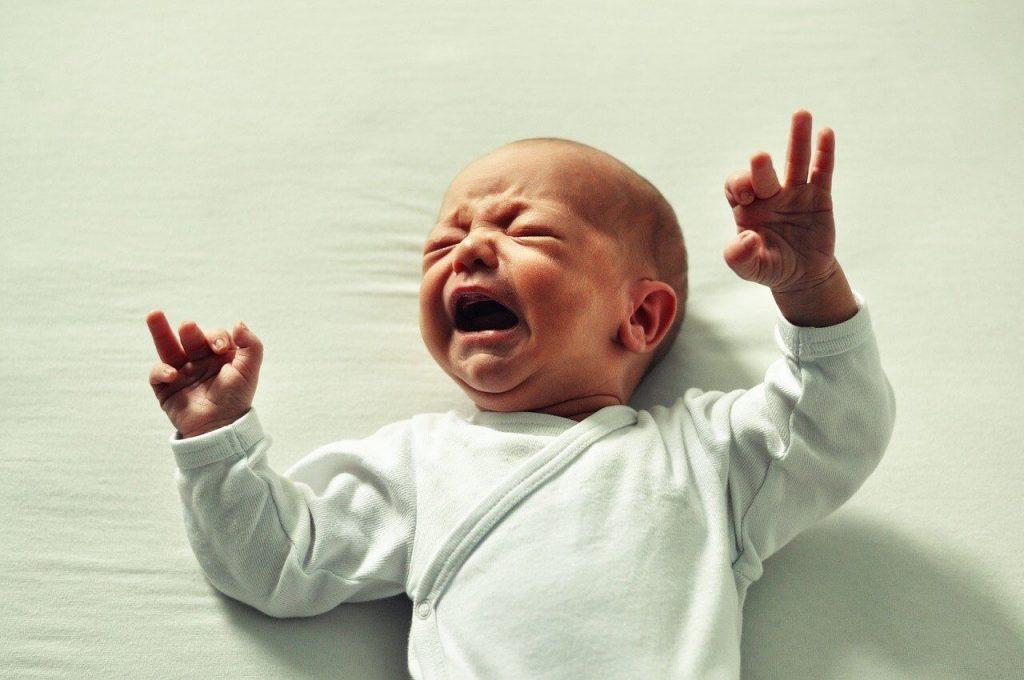 bebé con el lagrimal obstruido que llora por su dacriocistitis, esta situación es solucionable mediante el uso de una aguja roma para romper una membrana.